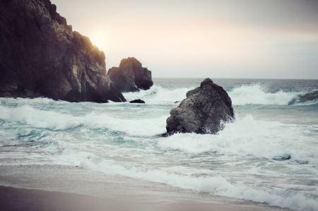 Waves breaking on the shore rocks